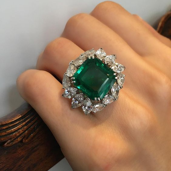 Harry Winston❤️Ring Set with a fine Colombian emerald of 10.23 carats.